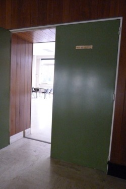 L'entrée des artistes - Salle des conférences des anciennes Archives départementales d'Ille-et-Vilaine, lieu de l'installation des ateliers (Cliché N. Fleurance 11 avril 2016 / Archives de Rennes)